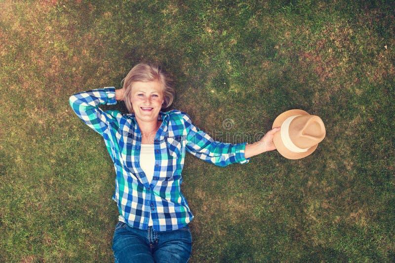 Belle femme supérieure en nature photographie stock libre de droits