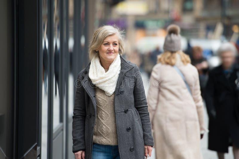 Belle femme supérieure sur une promenade dans la ville L'hiver photo libre de droits
