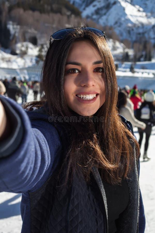 Belle femme sur des patins prenant un selfie Les montagnes à l'arrière-plan photographie stock libre de droits