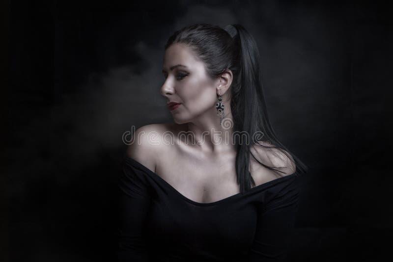 Belle femme sur fond noir en studio photos libres de droits