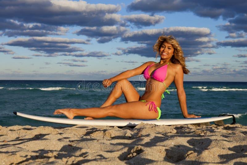 Belle femme sur la planche de surf images libres de droits