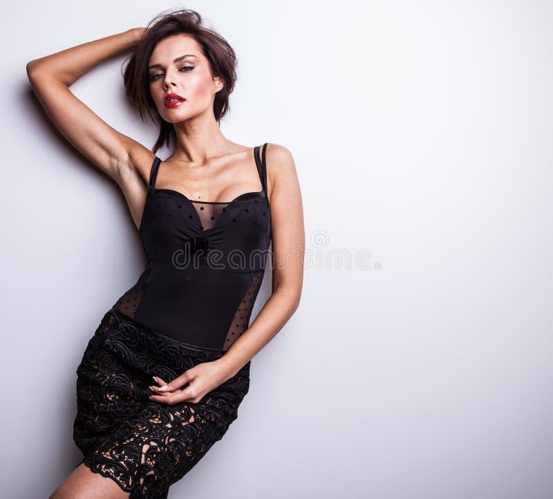 Belle femme sur la pose à la mode de robe dans le studio. photo stock