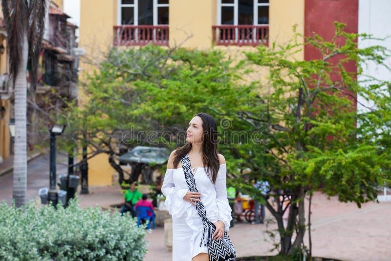 Belle femme sur la robe blanche seul marchant à l'entourage de murs de la ville coloniale de Carthagène de Indias images stock