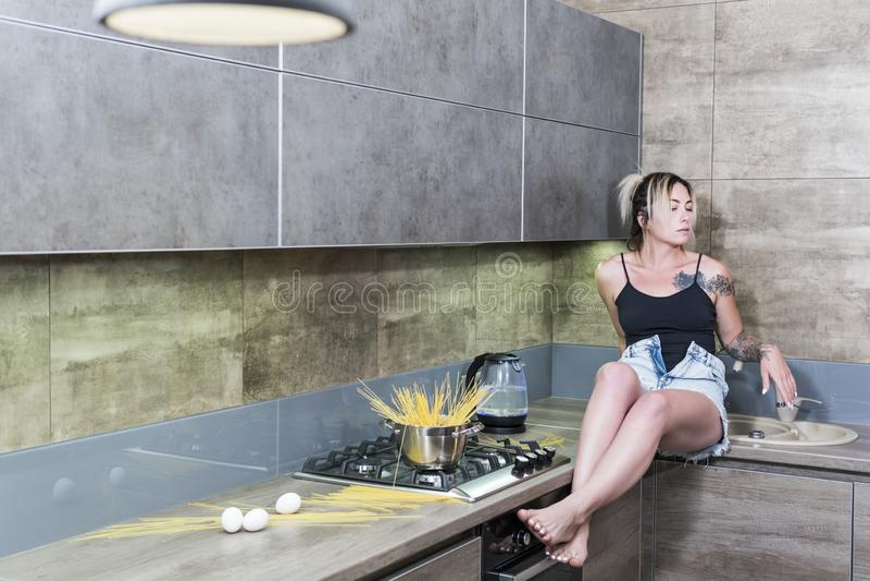 Belle femme sur la table de cuisine images libres de droits