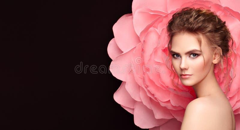 Belle femme sur le fond d'une grande fleur photo stock