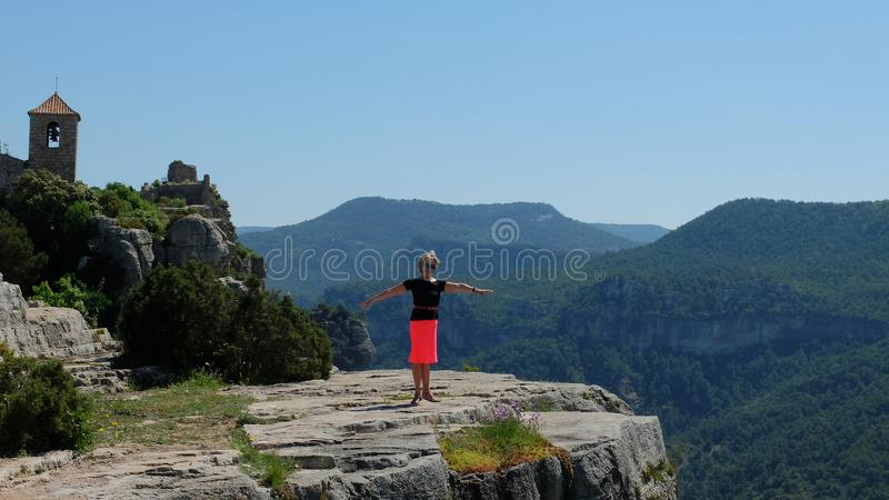 Belle femme sur le fond des montagnes, dans le village de Siurana photos stock