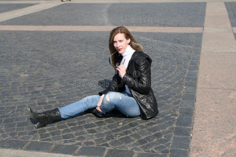 Belle femme sur paver le bloc de grand dos de palais images stock