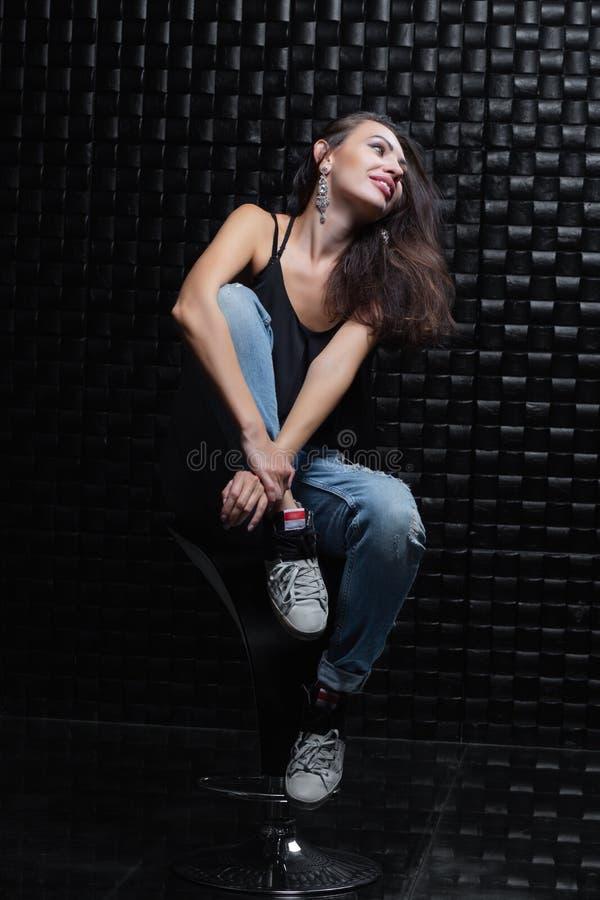 Belle femme sur un fond noir photo libre de droits