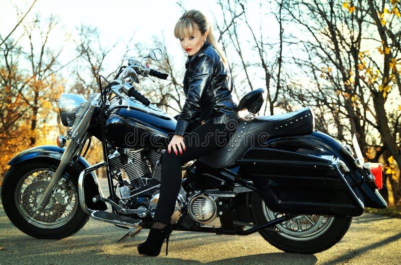 Belle femme sur un vélo photo libre de droits
