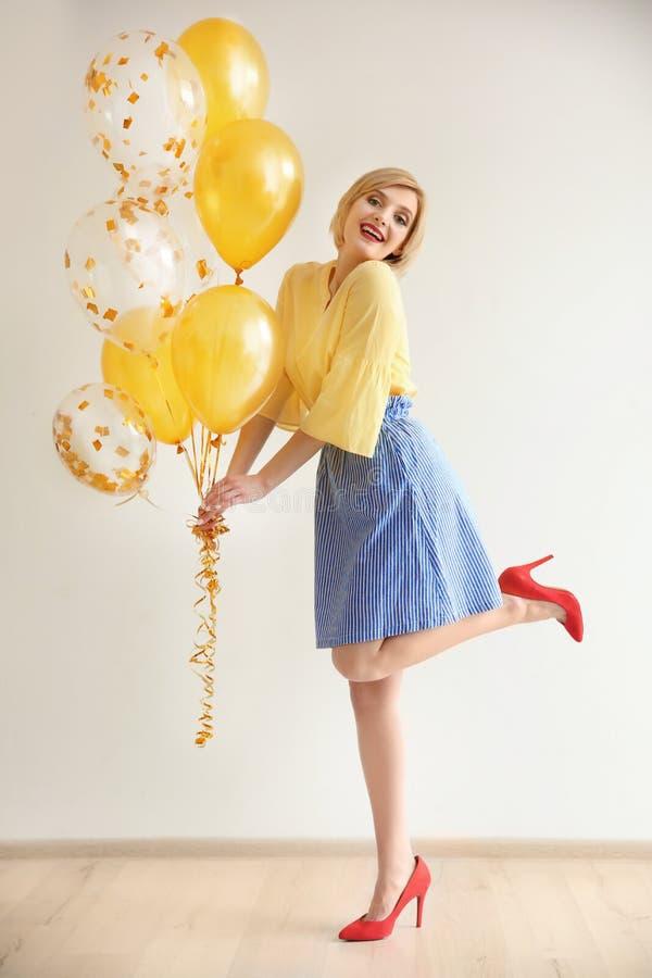 Belle femme tenant des ballons à air photo stock