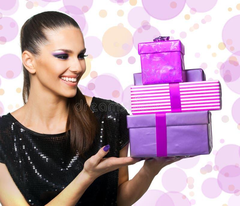 Belle femme tenant des cadeaux images stock