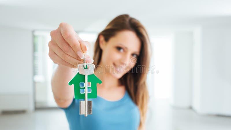 Belle femme tenant des clés de maison photo stock