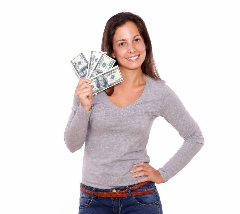 Belle femme tenant des dollars tout en se tenant images libres de droits