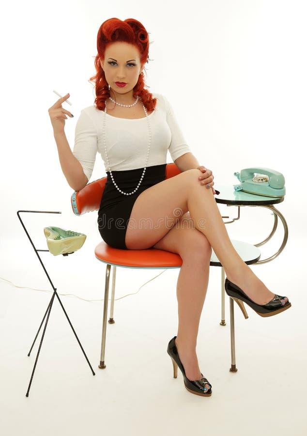 Belle femme tenant la cigarette image stock