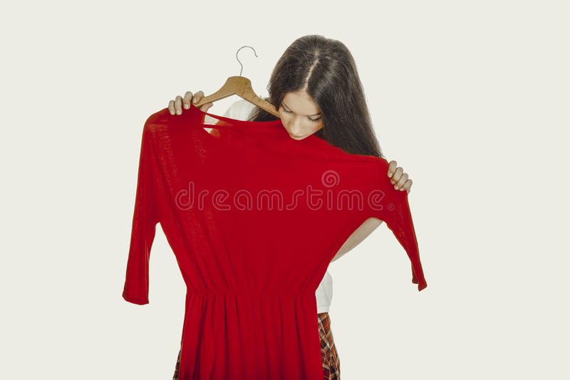 Belle femme tenant la robe rouge photo libre de droits