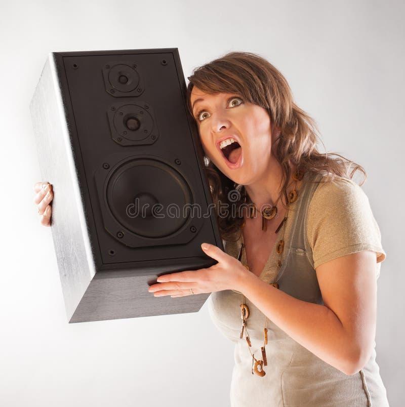 Belle femme tenant le grand haut-parleur en bois photos libres de droits