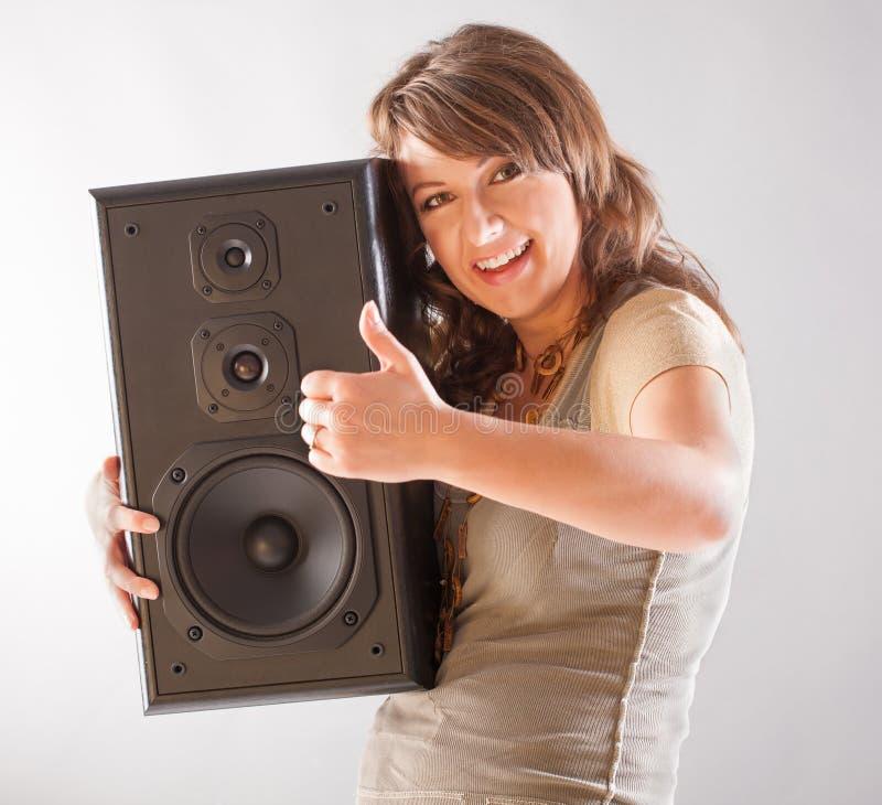Belle femme tenant le grand haut-parleur en bois images libres de droits
