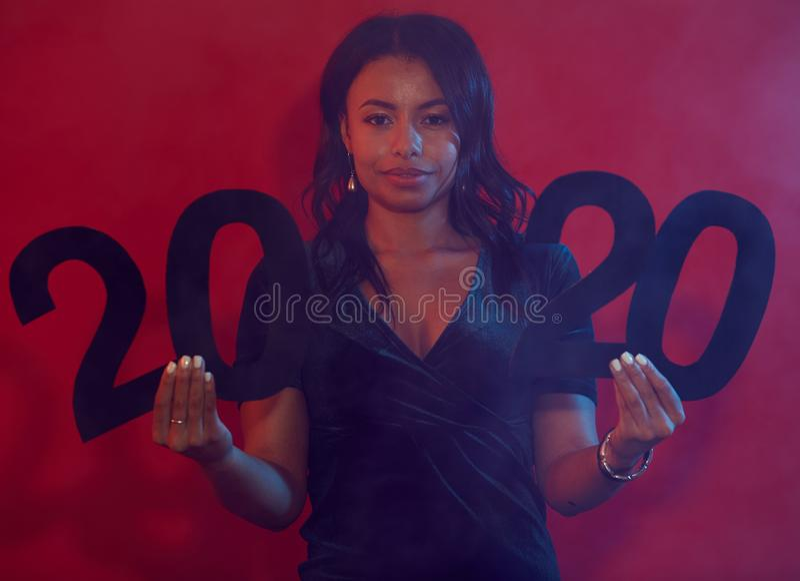 Belle femme tenant le panneau 2020 image stock