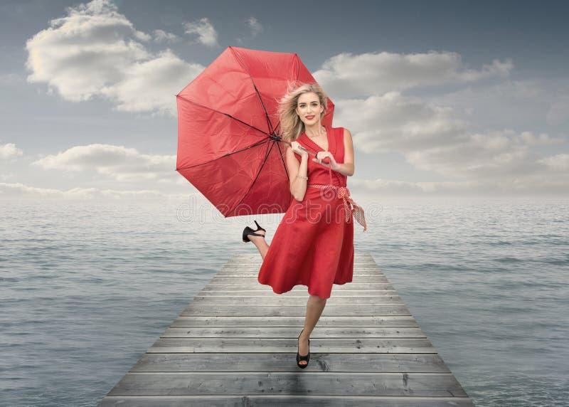 Belle femme tenant le parapluie photo stock