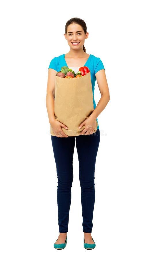 Belle femme tenant le sac de légumes photographie stock