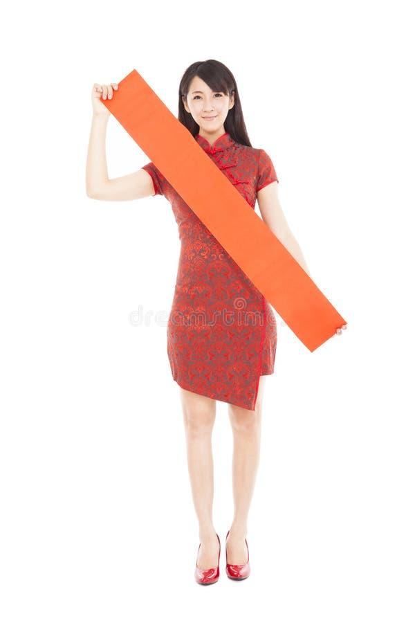 Belle femme tenant les couplets rouges vides photographie stock