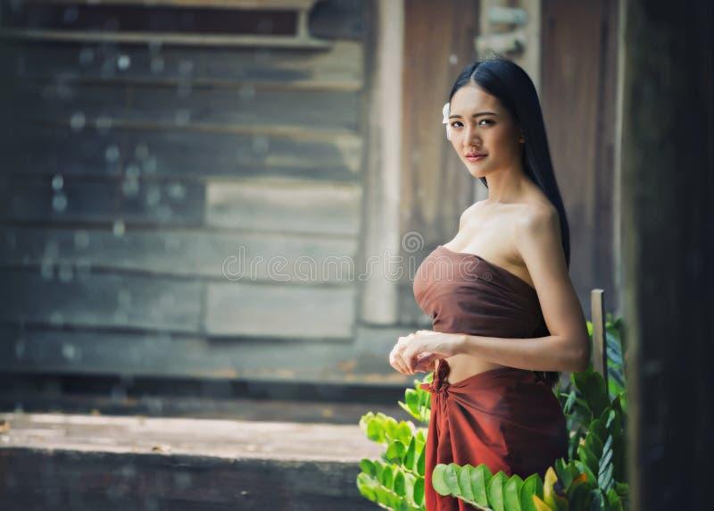 Belle femme thaïlandaise portant la tradition typique image libre de droits