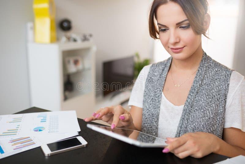 Belle femme travaillant à la maison images libres de droits
