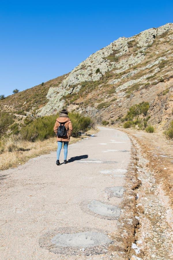 Belle femme trimardant sur le chemin de montagne pendant l'hiver ou l'automne en Catalogne ( ; Turo del Home - l'Espagne photographie stock