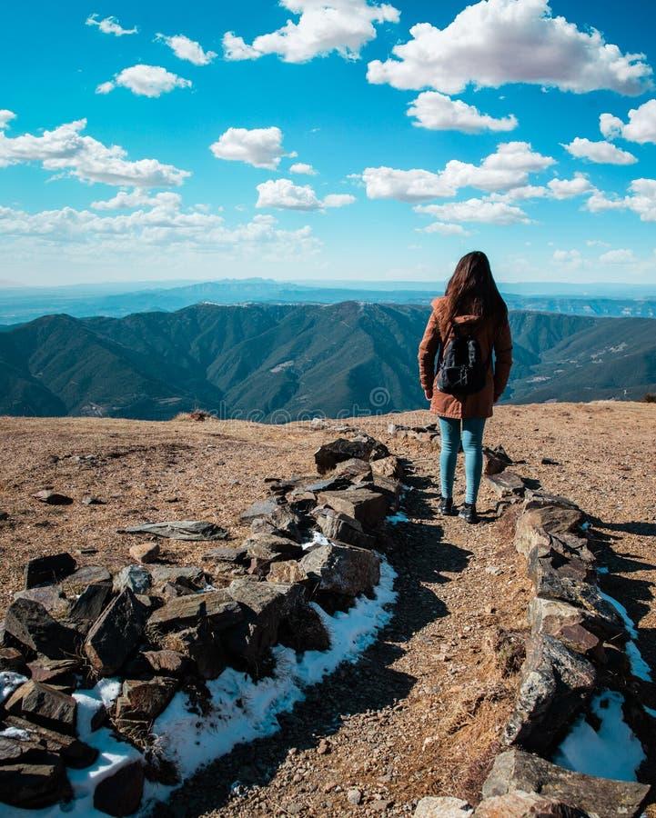 Belle femme trimardant sur le chemin de montagne pendant l'hiver ou l'automne en Catalogne ( ; Turo del Home - l'Espagne photos stock