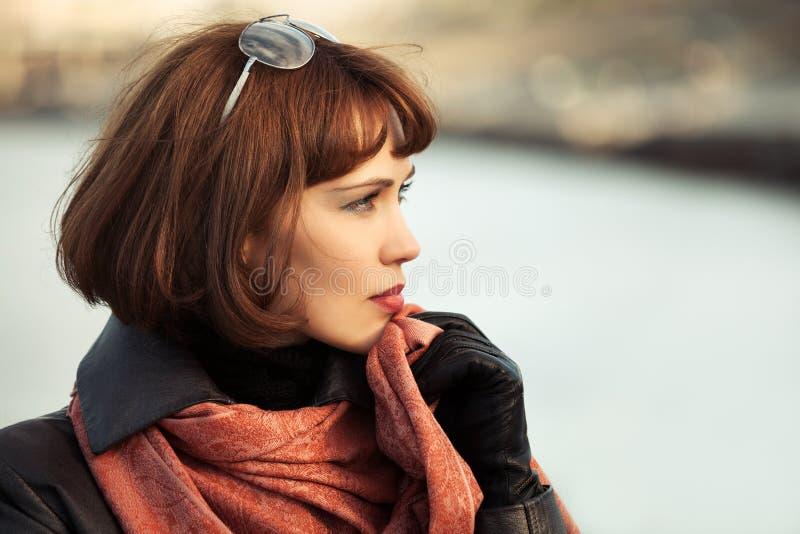Download Belle Femme Triste De Mode Dans Le Manteau En Cuir Extérieur Image stock - Image du mode, noir: 56490071