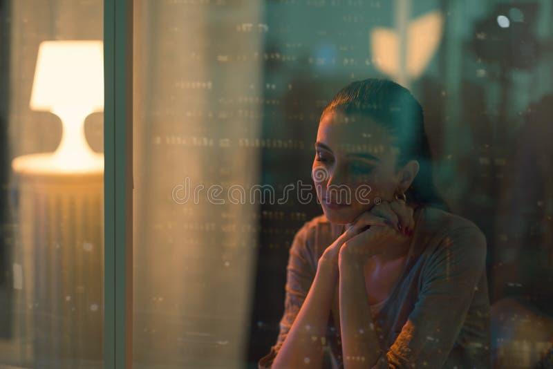 Belle femme triste s'asseyant à côté d'une fenêtre photos libres de droits