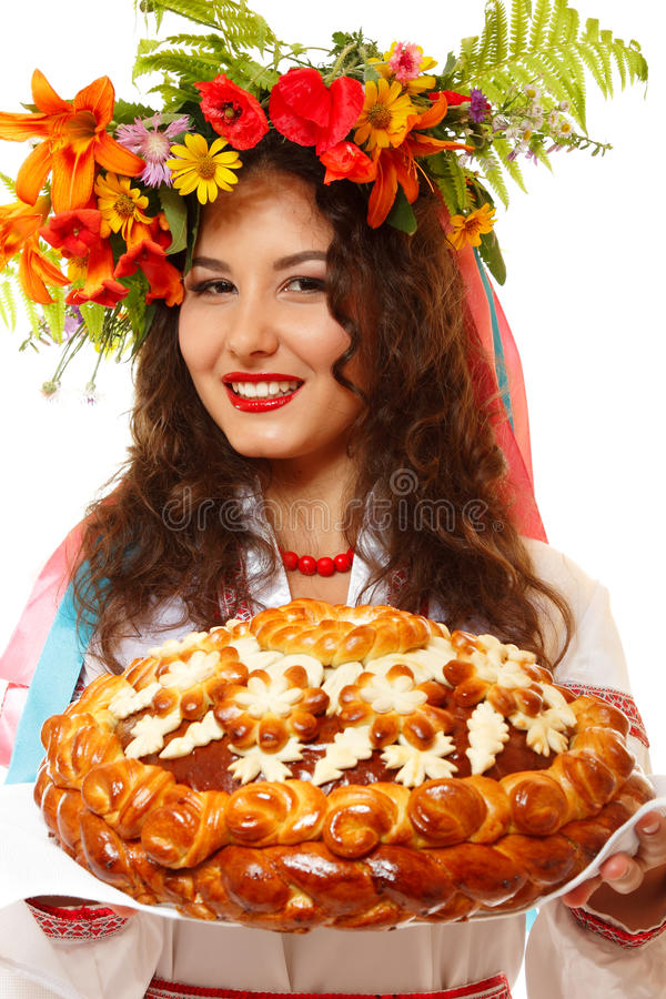 Belle femme ukrainienne dans la guirlande et la participation indigène de costume photo libre de droits
