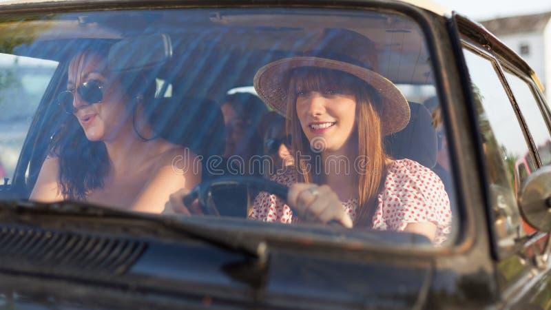 Belle femme voyageant avec ses amis images libres de droits