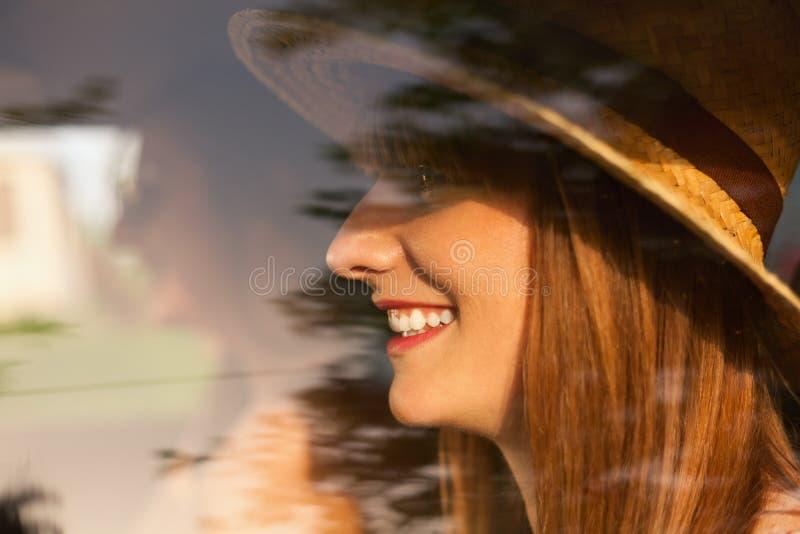 Belle femme voyageant avec ses amis photographie stock