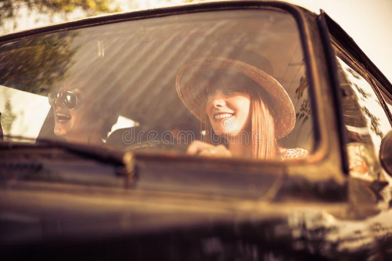 Belle femme voyageant avec ses amis photos libres de droits