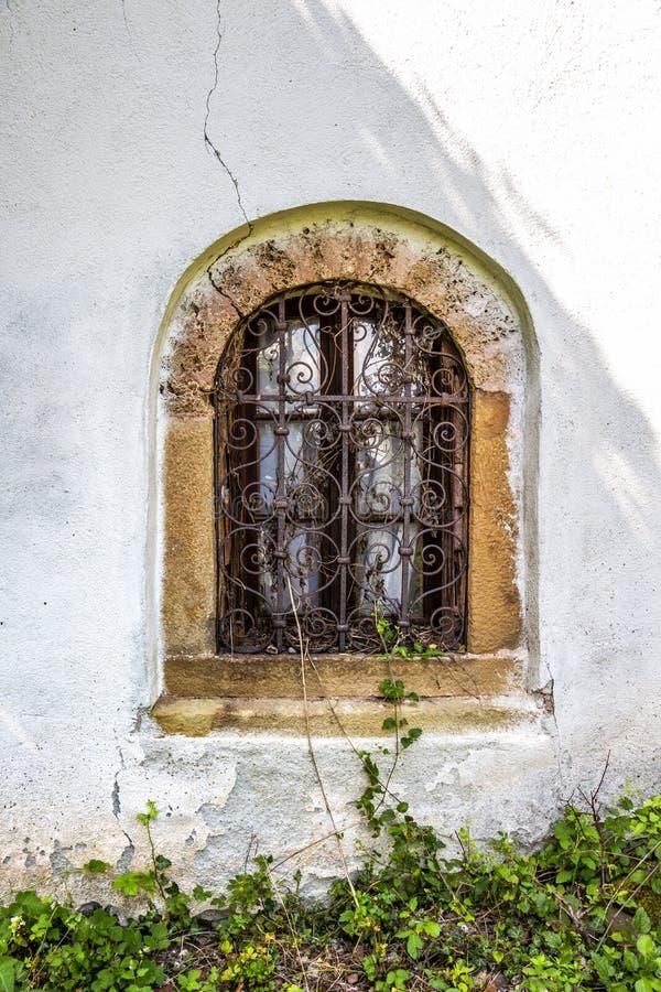 Belle fenêtre d'une vieille église bulgare images libres de droits