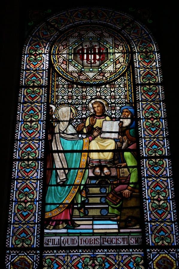 Belle fenêtre en verre teinté dans Montserrat photo libre de droits