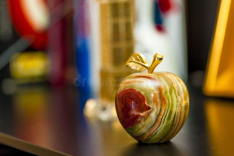 Belle figurine sous forme de pomme images stock