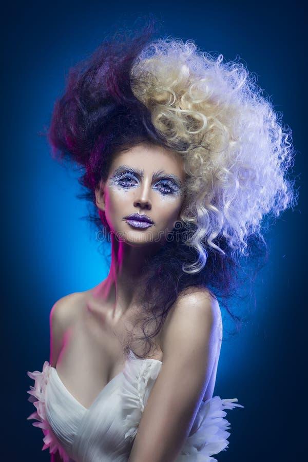 Belle fille à forte poitrine avec le maquillage d'avant-garde et une coiffure images stock