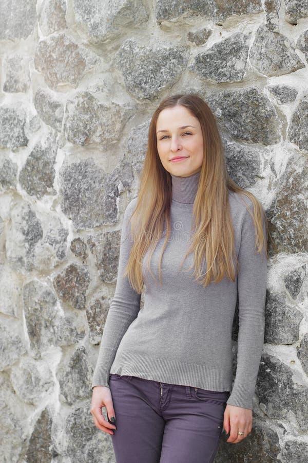 Belle fille à la mode dans la veste d'un mur images libres de droits