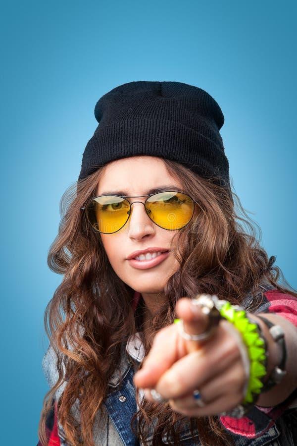 Belle fille à la mode de hippie dans le chapeau noir de calotte dirigeant le doigt à vous photos stock