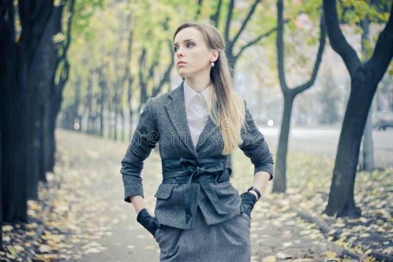 Belle fille à la ruelle d'automne photos libres de droits