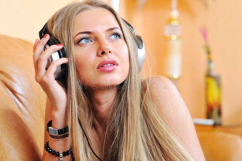 Belle fille écoutant la musique - portrait de plan rapproché images libres de droits