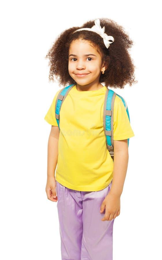 Belle fille africaine de sourire dans le T-shirt jaune photo libre de droits