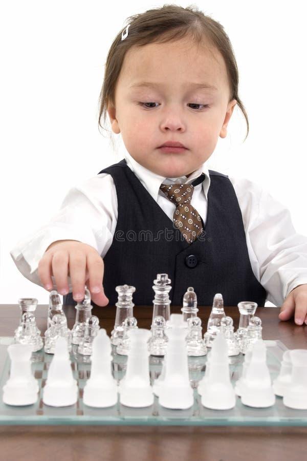 Belle fille américaine japonaise jouant aux échecs photos stock