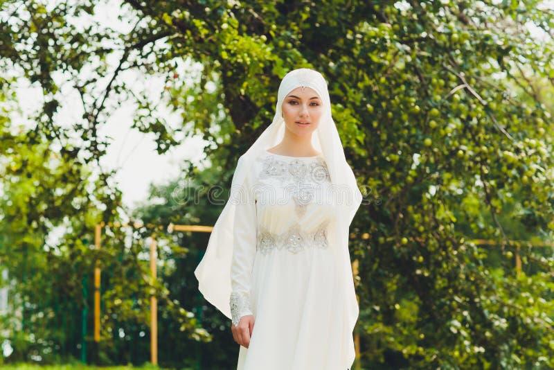 Belle fille arabe du Moyen-Orient ayant le temps heureux en nature photographie stock libre de droits