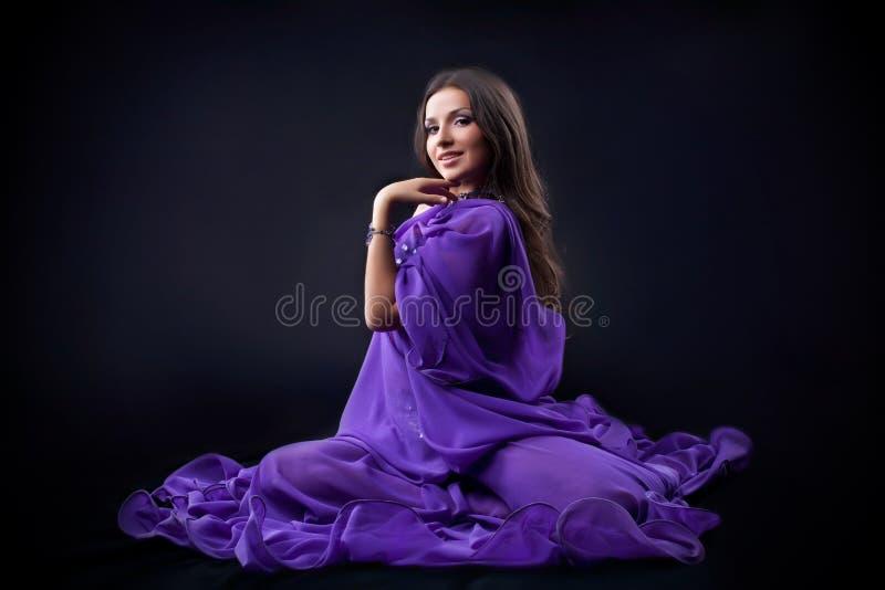 Belle fille Arabe posant dans l'obscurité photographie stock