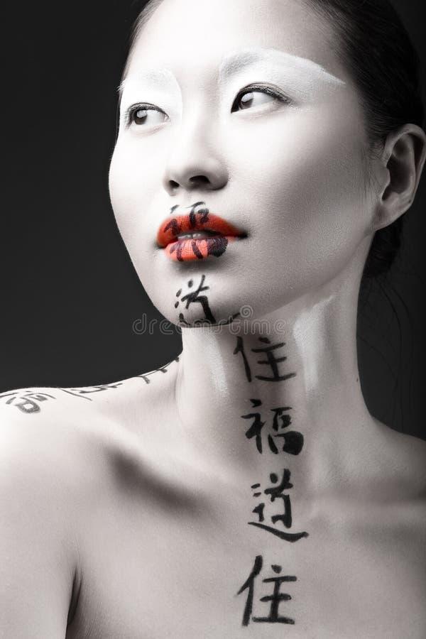 Belle fille asiatique avec la peau blanche, les lèvres rouges et images stock
