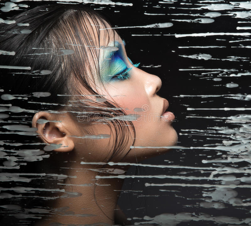 Belle fille asiatique avec le maquillage bleu lumineux photo libre de droits