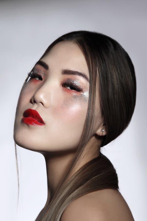 Belle fille asiatique avec le maquillage de fantaisie de scintillement photographie stock libre de droits